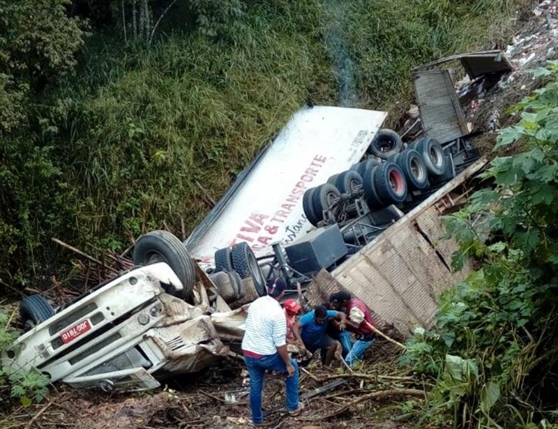 O veículo ficou totalmente destruído. ( Foto: VIA41)