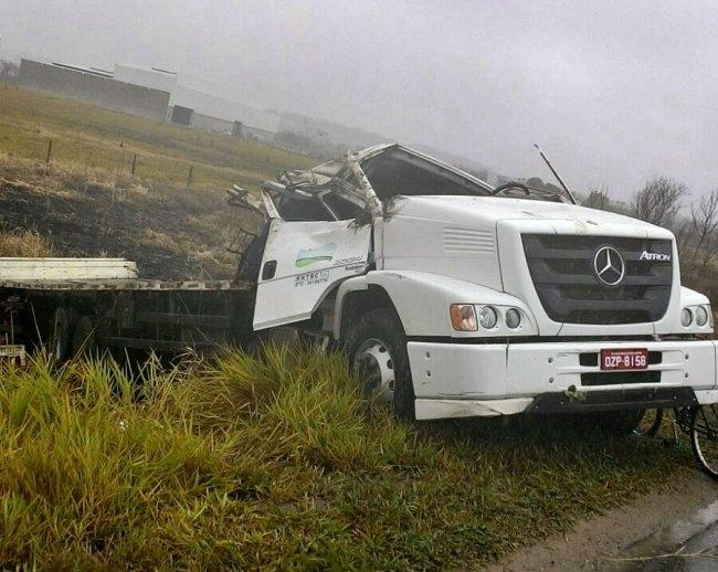 Caminhão tombou por volta das 5 horas da manhã próximo à Eunápolis. (Foto: Tanure Telles)