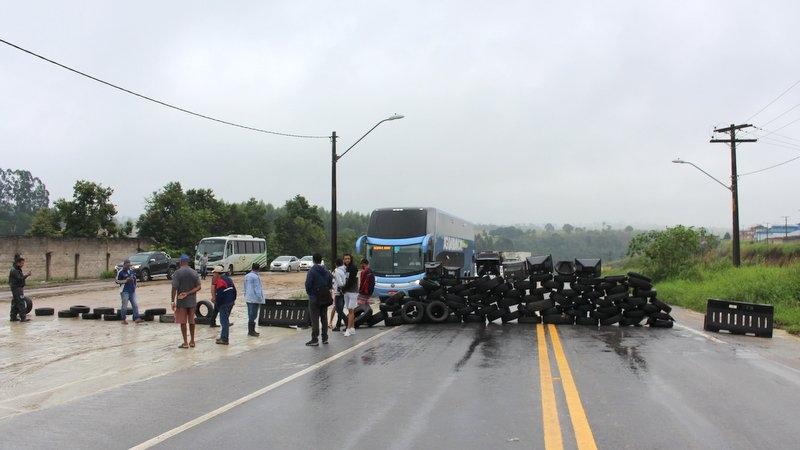 Manifestantes fazem bloqueio na BR-101 em Eunápolis. (Gustavo Moreira / Radar64)