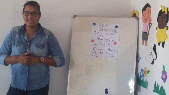 A psicóloga Dra. Aline Queiroz, da Equipe Volante do Cras, orientou os servidores da SDS sobre o papel do serviço de convivência, seus mecanismos de ação, o público prioritário e a forma de inserção do trabalho. (Divulgação)