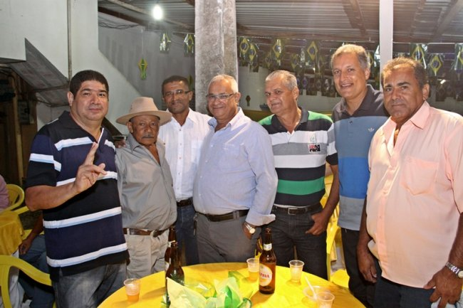 Amigos participam de festa quase surpresa (Foto: Rafael Amaral / Rastro101)