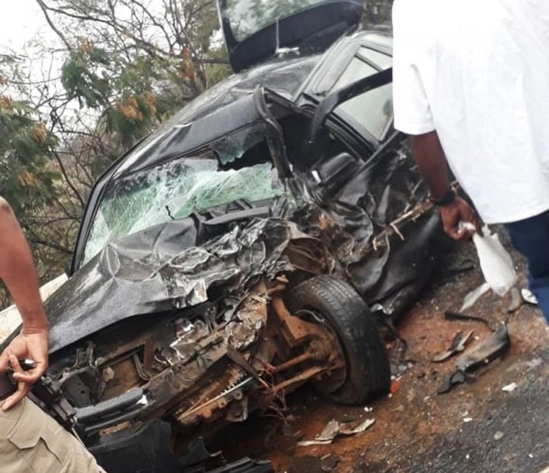 Motorista do carro de passeio morreu no local do acidente. (Foto: Divulgação/Polícia Civil)