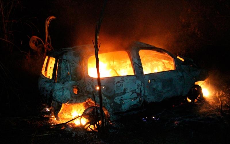 Veículo foi destruído pelas chamas. (Foto do site Medeiros Dia Dia)