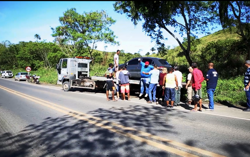 Veículo em que estavam as vítimas sendo guinchado. (Foto: Divulgação/Plantão Itabuna)