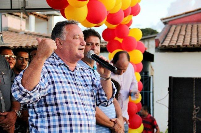 Atendendo a solicitações do prefeito Rogério Andrade, o deputado federal Ronaldo Carletto garantiu a doação de um trator para a Associação dos Pequenos Produtores Rurais de Itagimirim. (Foto: TIM/ASCOM)