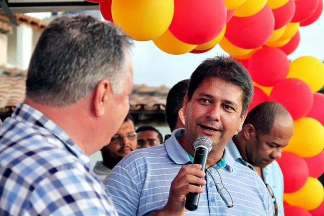 O deputado federal Ronaldo Carletto participou da cerimônia de entrega das casas e do PSF, a pedido do prefeito Rogério Andrade. (Foto: Tim/Rastro101)