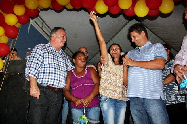 Chaves das casas construídas em convênio com o Programa do Governo Federal Minha Casa Minha Vida, foram entregues a 38 famílias do município. (Foto: ASCOM)