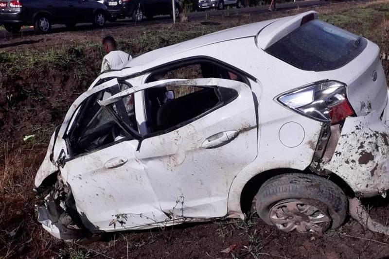 Carro ficou destruído após o acidente. (Reprodução)