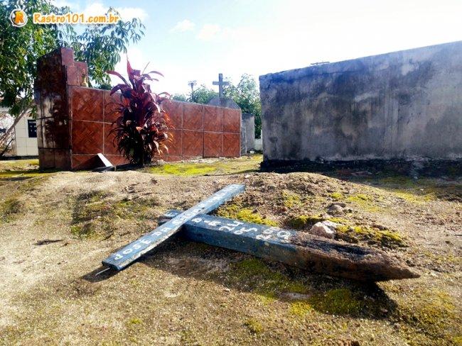 Cruzes foram arrancadas do chão e algumas foram levadas e colocadas em outros pontos da cidade. (Foto: Rastro101)