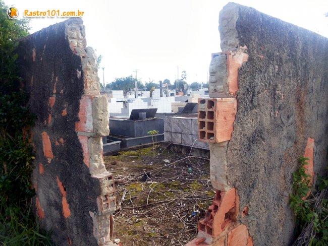 Cemitério fica em um local isolado e seu interior é de fácil acesso. Partes do muro foram danificadas. (Foto: Rastro101)