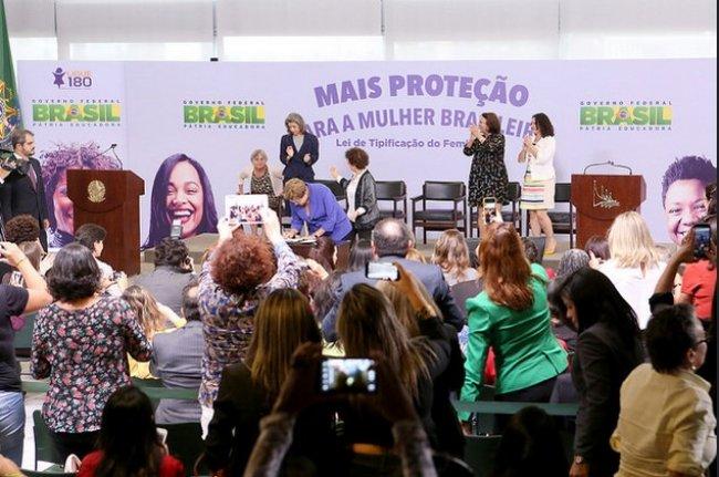 Presidenta assinando a sanção da Lei do Feminicídio (Foto:Richard Silva/PCdoB na Câmara)