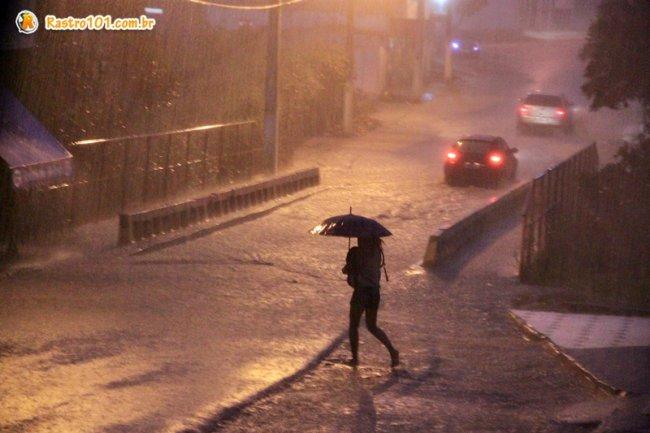 Chuvas que caíram no final da tarde desta quarta-feira (29), em Itagimirim, deixou população em alerta. (Foto: Rastro101)