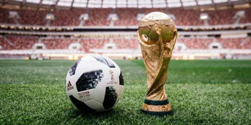 Bola oficial do torneio e a taça da Copa no Estádio Luzhniki. (Reprodução)