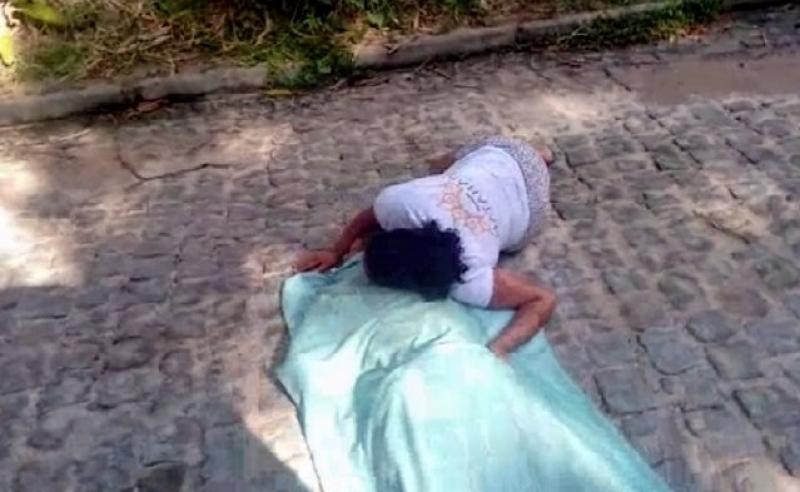 Mulher junto do corpo da vítima. (RADAR64)