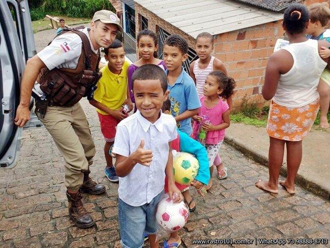 Criançada ficou feliz com a atitude dos policiais. (Divulgação: PM)