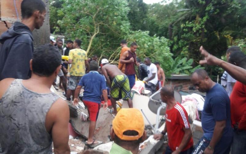 Vários moradores tentaram ajudar no trabalho de resgate às vítimas. (Foto: Vanderson Nascimento/ TV Bahia)