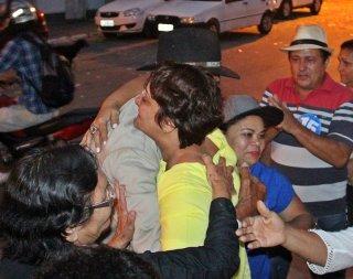 Devanir recebe o abraço do pai logo após o resultado. (Foto: Rastro101)