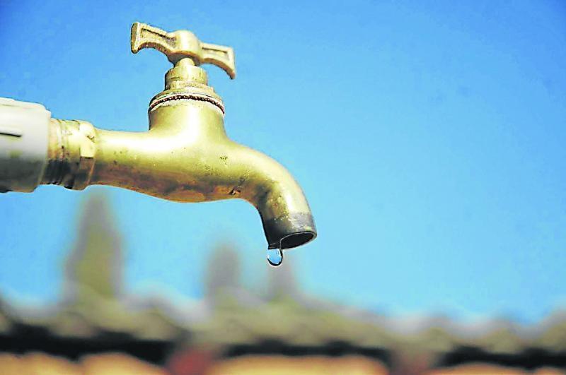 10,3% dos domicílios abastecidos pela rede de distribuição de água têm o fornecimento interrompido pelo menos uma vez na semana, o que equivale a 18,3 milhões de pessoas. (Reprodução)