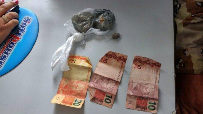 Foram encontradas 100 gramas de crack e R$ 40. (Foto: Rastro101)