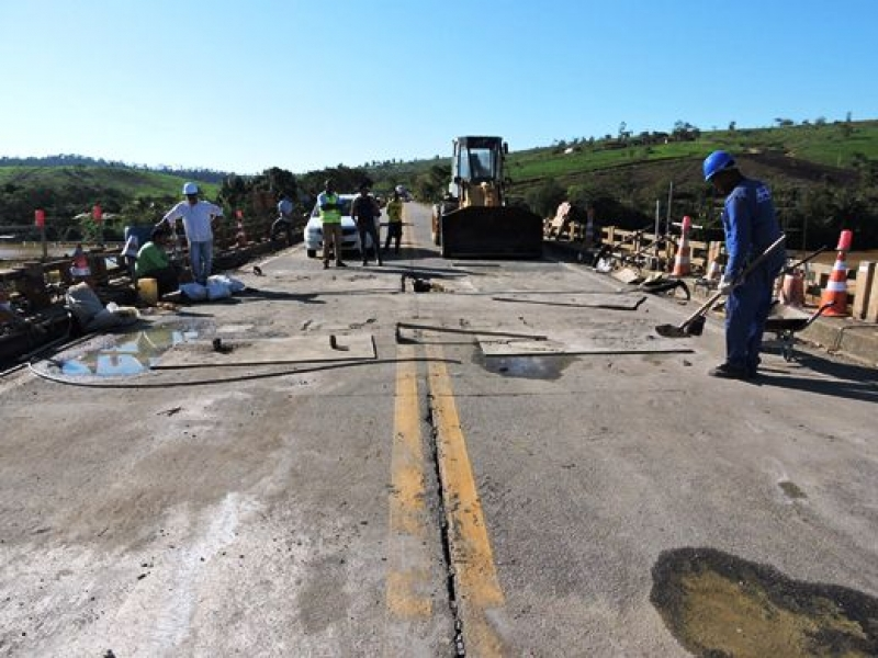 O Departamento Nacional de Infraestrutura de Transporte (Dnit) realiza serviços de concretagem para a reestruturação da ponte desde às 6h. (Foto: Arnaldo Alves/Itapebiacontece)