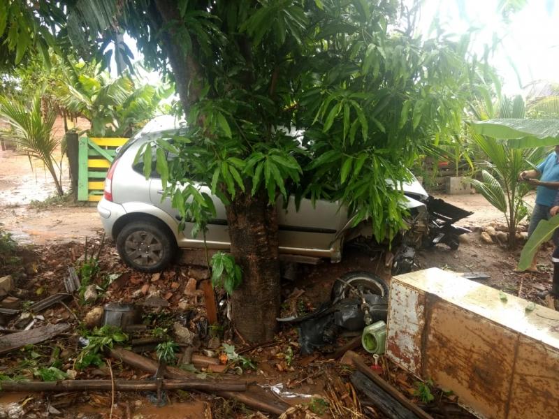 Primeiro acidente ocorreu próximo a um posto de combustível. (Rastro101)