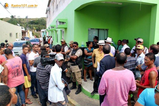 Confusão na porta da Câmara de Vereadores de Itagimirim. (Foto: Rastro101)