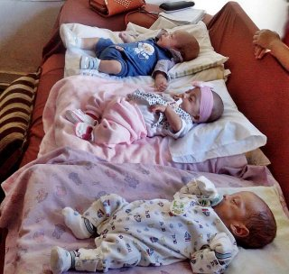 Trigêmeos na casa dos avós. (Foto: Arquivo/família)