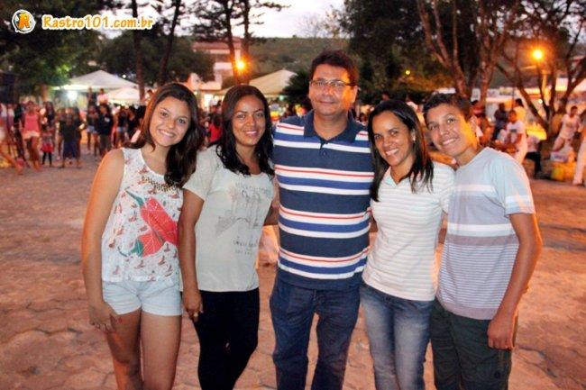 Diretora de Cultura Vanessa Meirelles acompanhado do prefeito Rogério Andrade, esposa e filhos. (Foto: Rastro101)