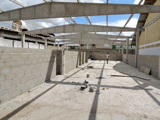 Com as bases e estruturas já construídas, a empresa licitada está agora levantando as paredes da futura escola que, ao ser concluída, ofertará melhores condições de ensino/aprendizagem aos milhares de alunos do bairro Pequi. (ASCOM-PME)
