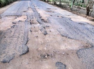 Estrada é cheia de buracos e os motoristas são obrigados a diminuir a velocidade. (Foto: Rastro101)