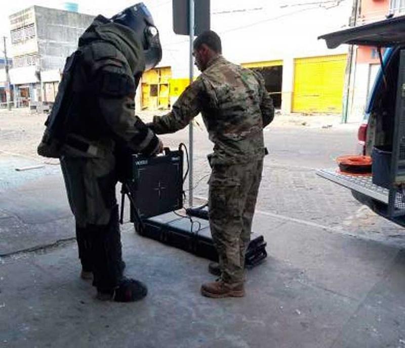 Retirada dos artefatos pelo BOPE. (Divulgação / Polícia Militar)
