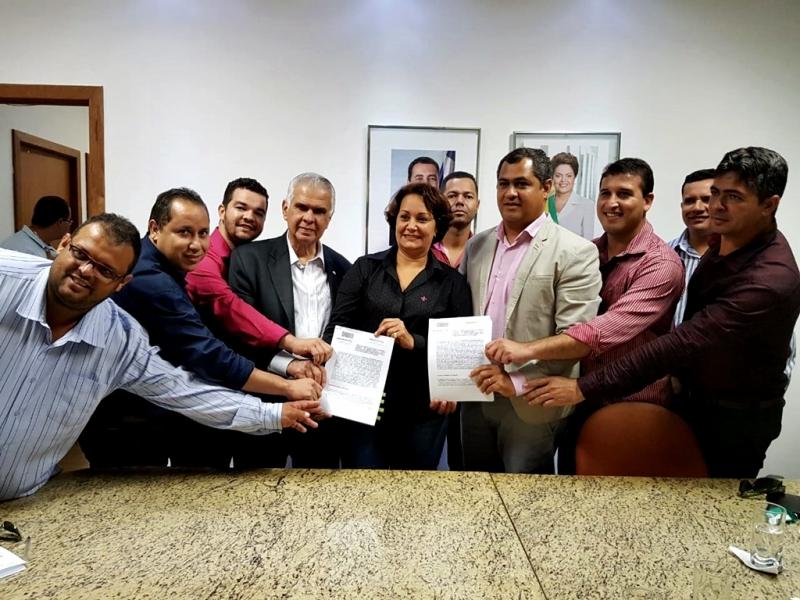 Autoridades municipais também estavam  presentes no momento da assinatura do convênio. (Divulgação)