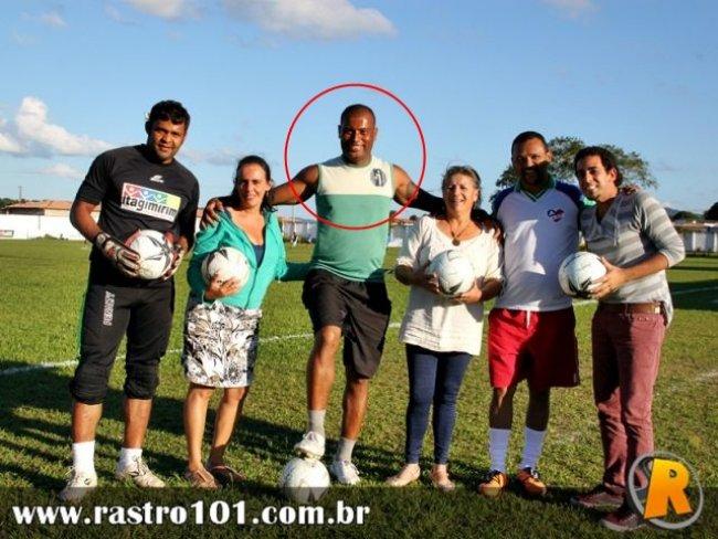 O goleiro Romalho Sacramento, ao lado de desportistas e representantes do esporte em Itagimirim. (Foto: Rastro101)