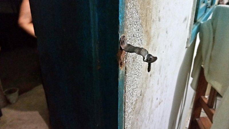 Bandidos arrombaram a porta dos fundos e entraram na casa (Rastro101)