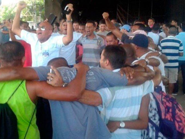PMs comemoram fim da greve na Bahia após realização de assembleia (Foto: Maiana Belo/G1)<br />