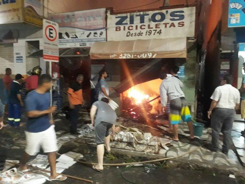 Incêndio destruiu duas lojas (Foto: Internauta)