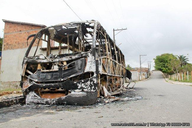 Veículo ficou completamente incendiado. (Foto: Rastro101)