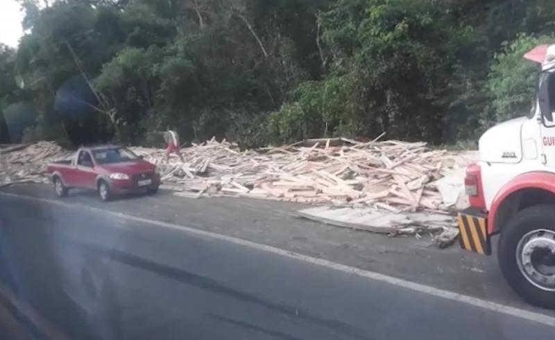 Carga de madeira ficou espalhada na pista. (Foto: Reprodução/TV Santa Cruz)