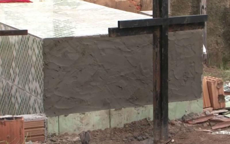 Familiares violaram o túmulo para confirmar as suspeitas. (Imagem: Reprodução/Tv Bahia)