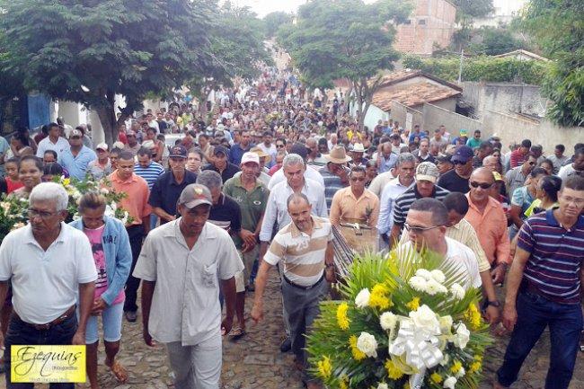 Cortejo fúnebre percorreu as ruas do Salto da Divisa e reuniu centenas de amigos. (Foto: Exequias Fotógrafo)