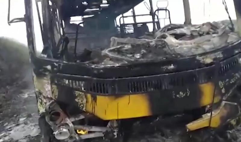 Ônibus pegou fogo repentinamente. (Foto: Reprodução/TV Santa Cruz)
