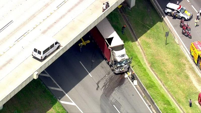 Helicóptero atingiu caminhão na Rodovia Anhanguera. (Foto: TV Globo/Reprodução)