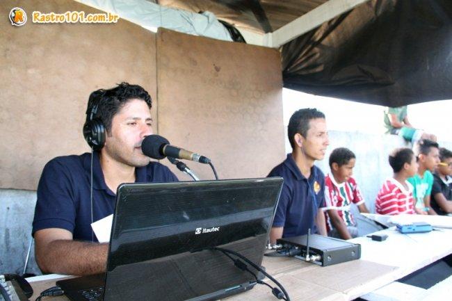 Equipe da Estação FM levando as emoções do jogo ao vivo. (Foto: Rastro101)