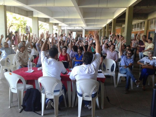 Professores em votação pelo estado de greve; na UESC (Foto:Blog de Ilhéus)