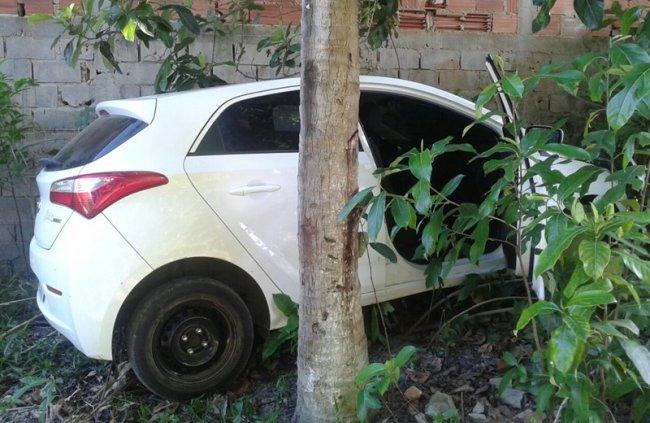 Veículo roubado em Itagimirim foi encontrado abandonado em Eunápolis. (Foto: Via41)