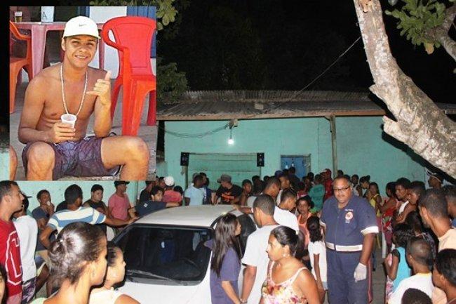 Jovem foi morto no fundo se um bar no centro de Itapebi. (Foto: Arnaldo Alves/Itapebiacontece)