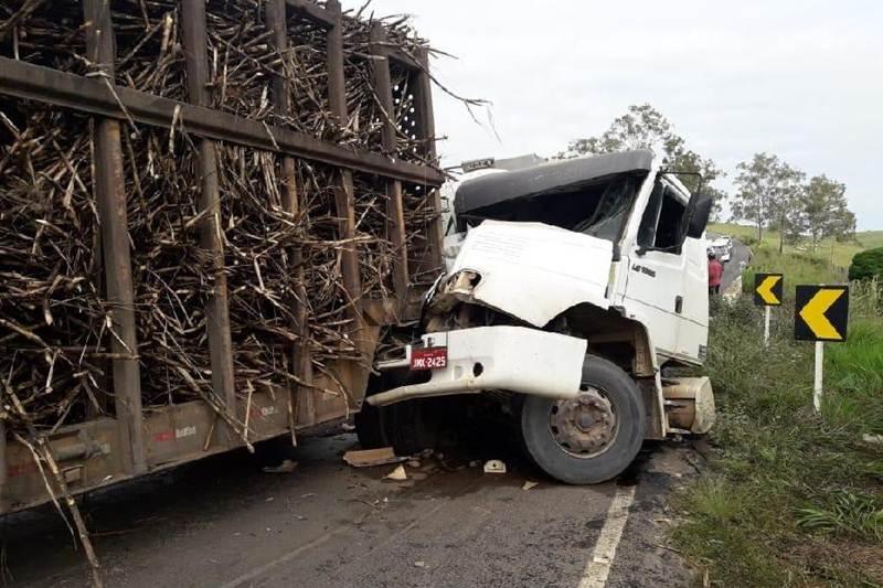 Cabine do caminhão ficou bastante danificada. (SulBahia News)