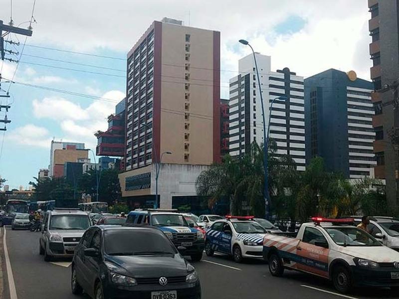 Edifício fica localizado na Avenida Tancredo Neves em Salvador. (Foto: Juliana Almirante/G1 BA