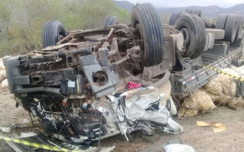 Veículo ficou destruído. (Foto do site Bahia10)