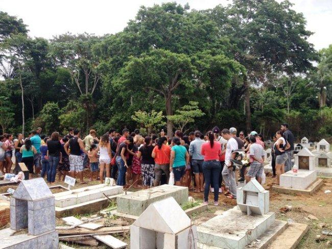 Enterro de meninos encontrados em cisterna foi realizado no Cemitério Santo Antônio (Foto: Ana Kézia Gomes/G1)